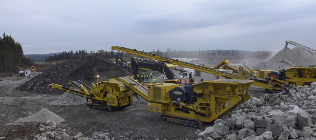 Keestrack B3 jaw crusher in quarry followed by K3 screen