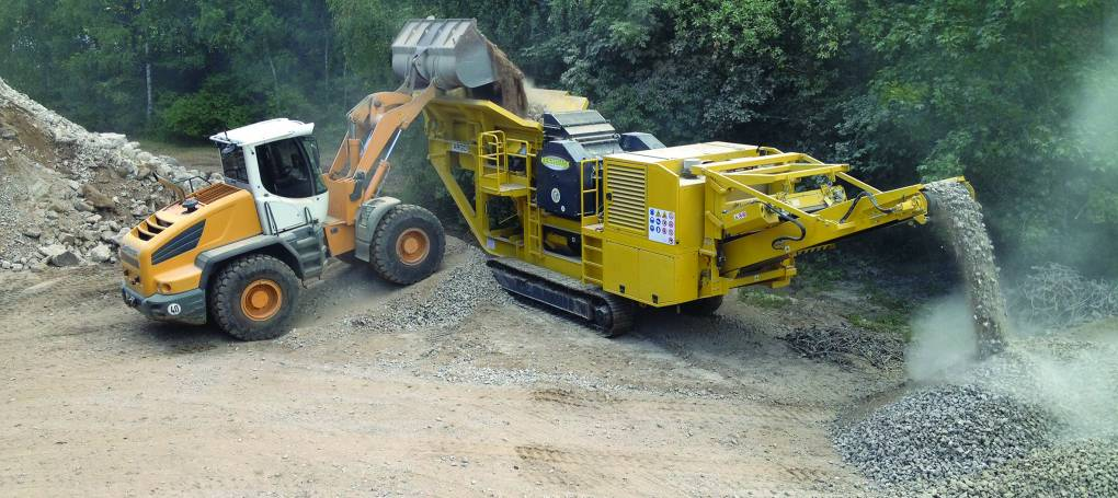 Keestrack B3 jaw crusher, feed by wheel loader